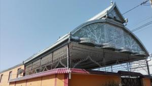 Casa a Agstafa. Aquests cobreixen el gran 'hangar' d'accés a la casa amb decoració