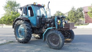 Com no pinta que el cotxe estigui a punt, haurem de pujar al tractor del nostre veí