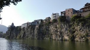 Cases penjant al riu Kura