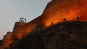 Muralla fortalesa Narikala i gran lluna