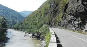 Carretera estreta entre parets rocalloses i el riu