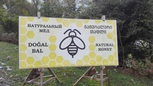 Venda de mel natural escrit en rus, georgià, turc i anglès