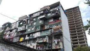 Vivendes velles contrastant amb la nova construcció