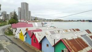 Casetes de pescadors coloristes a Yomra resistint la brutal pressió constructora d'aberrants edificis que es multipliquen per tot arreu i segueixen destrossant la costa