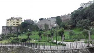 Part de la muralla ben conservada i ajardinada
