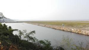 Aeroport Ordu - Giresun construït sobre el mar. Terminal a l'esquerra i pista d'aterratge