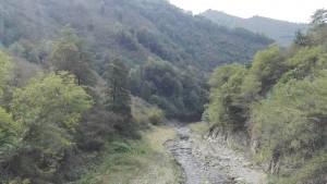 Riu esmunyint-se entre muntanyes