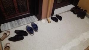 Cal descalçar-se sempre que s'entra a una vivenda. A casa nostra, també, però dins de la vivenda tenim un petit moble on deixar guardades totes les sabates. Aquí és molt típic i freqüent trobar-se una gran col·lecció de sabates al replà de l'escala, fora les vivendes!