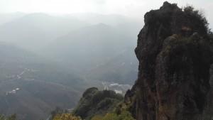 Sistema muntanyós des del castell Kurul. La foto no és gens clara però permet veure el munt i món de muntanyes que tenim darrera la costa, al sud de la mateixa i que creen un entorn natural i meteorològic molt diferent a zones més al sud, més al centre de Turquia