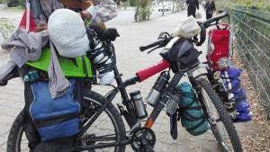 Bicicleta amb unes quantes bosses, cintes, cordes i pedaços que no se sembla gens a les bicicletes molt ben equipades que hem vist als ciclistes europeus, però que tant la bicicleta com el seu propietari son d'allò més autèntic i interessant. El món està ben dotat de persones que fan coses fascinants