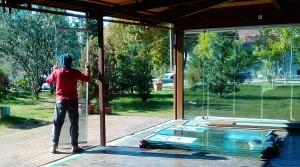 Desmuntant els bons, bonics i pesats panells correders de vidre de l'antiga cafeteria