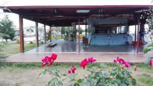 Antiga cafeteria per fora ja sense vidres exteriors