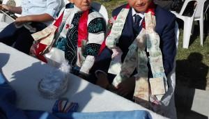 Nens celebrant no-se-què, però quelcom monetàriament prou profitós
