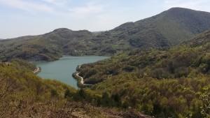 Vistes a esquerra de terra endins amb algun llac
