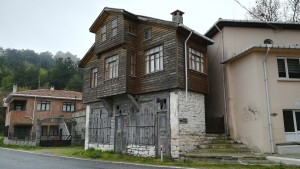 Una de les 4 cases d'Haciveli, malgrat el seu greu estat de degradació, mostra un estil diferent als vistos per aquí