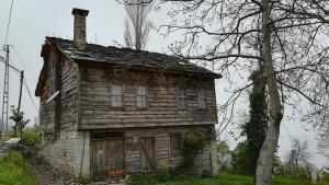 Una casa típica, antiga que encara s'aguanta prou bé i amb molt de sabor