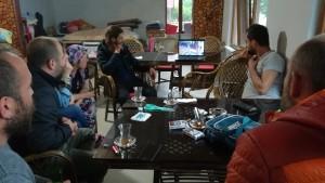 7 espectadors més admirant l'art del gairebé impossible. Bocabadats veient un desafiament a les lleis de la gravetat amb una bellesa plàstica que parla per si mateixa