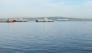 Ferry de Lapseki i gran vaixell, testimoni del important tràfic comercial d'aquestes aigües