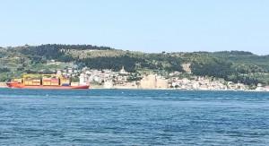Fortalesa davant de Çanakkale, a l'altre costat de l'estret i típic tràfic marítim