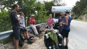 Fantàstica trobada de viatgers representant 3 maneres diferents d'explorar el món. En autocaravana, bicicleta i a peu