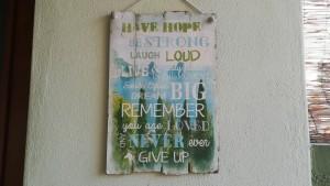 A Kalokastro ens trobem un cartell que m'encanta. Diu així: Tingues paciència. Sigues fort. Riu ben alt. Viu i juga fort i cada moment. Somriu sovint. Somia en gran. Recorda que ets estimat. I mai ho deixis córrer o et donis per vençut.