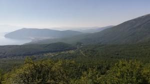 Pugem i pugem, deixant enrere el llac Prespa amb el poble de Stenje i un mar espès d'arbres que formen part del Parc Nacional Galicica