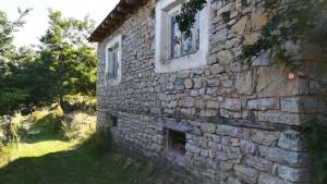 Casa al poblet de Konjsko, amb les bones i molt útils marques (ratlles blanca i vermella) del camí rural
