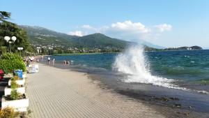 Passeig del llac on la gent es banya i on avui tenim onades pel fort vent. Per cert, nosaltres venim de les muntanyes del darrera del tot