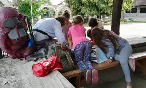 Jenn jugant amb nenes del poble i mostrant un mapa