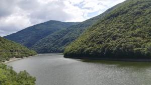 Embassament del riu Crn mirant al nord, cap a on anem. Veiem com les muntanyes es succeeixen sense descans i com la nostra vía serpenteja i es cola entre elles
