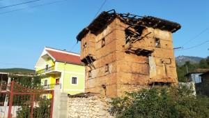 Casa antiga i casa groga. Sovint veiem cases pintades amb colors molt llampants