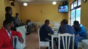 Promocionant el món casteller i els Castellers de Vilafranca a través de la televisió d'un bar a un poblet del mig de les muntanyes d'Albània