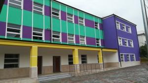 Escola a Burrel amb colors contundents, com unes quantes cases trobades per la ruta