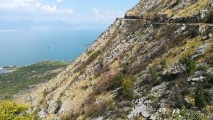 La vía al voltant del llac Skadar. El puntet blanc de la dreta és Jenn
