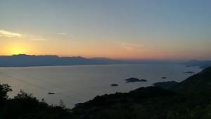 El sol comença a pintar de taronja el cel, doncs també comença a treure el nas pel darrera les muntanyes que custodien una banda del llac Skadar