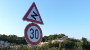 Aquesta senyal és una foto molt representativa de Montenegro i del que hem estat caminant aquests dies