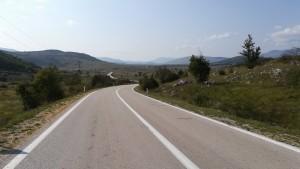 Primera vall amb moltes pedres, herbes i quatre matolls