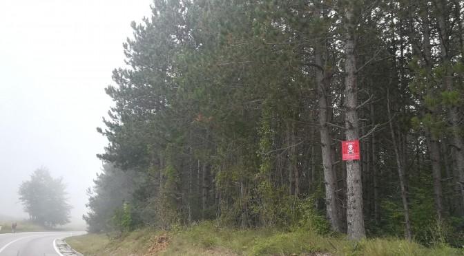 La bellesa dels boscs i natura queda eclipsada per la densa i fantasmagòrica boira que afegeix dramatisme a les cases abandonades, destruïdes, amb clars signes d'atac per armes de foc i per la nombrosa presència de cartells avisant de la presència de mines. Això avui en dia, a l'any 2018 i a Europa