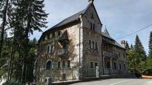 Casa palau anomenada Frankopanski Dvorac, d'estil totalment atípic per la zona