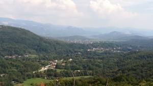 No s'aprecia gaire clar però al centre de la foto hi ha una formació rocallosa en forma de trident. Ens hem llevat al darrere de la mateixa, hem baixat fent moltes ziga-zagues, hem creuat la vall, tornem a patir una pujadeta que ens acaba el gas i per acabar el dia encara hem fet uns pocs quilòmetres més per atansar-nos a la frontera amb Eslovènia