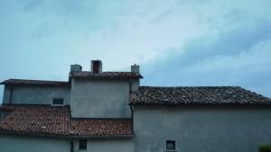 Sí, són pedres o més aviat roques expressament col·locades per evitar que el vent s'emporti la teulada