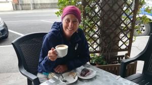 Ja som a la bella Itàlia! Acabem d'entrar, és encara d'hora pel matí i Jenn ho celebra com no podia ser d'una altra manera, fruint d'un cafè amb pastís de xocolata. Les pizzes no trigaran en arribar