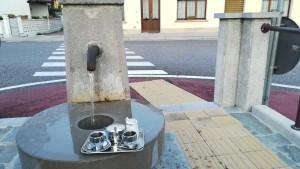 El cafè portat per la veïna de la casa del davant i degustat a la rotonda amb font, al mig de la carretera