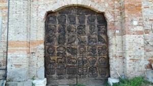 Una porta molt treballada