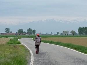Caminant cap a les muntanyes nevades, però encara no ens hi endinsem, doncs primer hem de trobar un pas una mica 'transitable'