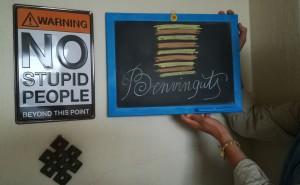 El nostre amfitrió i nou amic té aquest cartell a la porta i ens dibuixa aquesta benvinguda tan artística