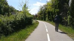 Arribem al poble d'Apt a traves d'un bonic carril bici. Quin plaer caminar per rutes així!