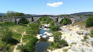 Pont Julien que en època romana formava part de la vía Domitia, vía entre Roma i Iberia a través de la província de Gallia Narbonensis, online som ara