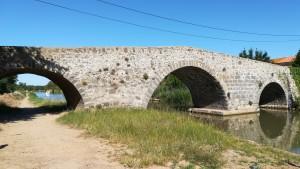 Un antic pontet per sobre el canal i el nostre bonic camí