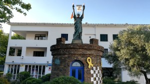 Cadaqués. Estàtua de la llibertat aguantant una urna del referèndum per la independència de Catalunya celebrat el passat 1 d'octubre 2017, dues estelades i llaços grocs amb les cares dels presos polítics i exiliats polítics catalans